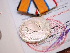 Михаил Шеремет наградил медалями участниц Народного ополчения