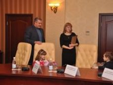 Сергей Аксёнов вручил первый в республике сертификат на материнский капитал