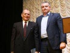 Сергей Аксёнов вручил Благодарность Главы Республики первому премьер-министру Крыма
