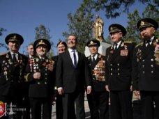 Дмитрий Медведев в Симферополе возложил венок к памятнику советским воинам